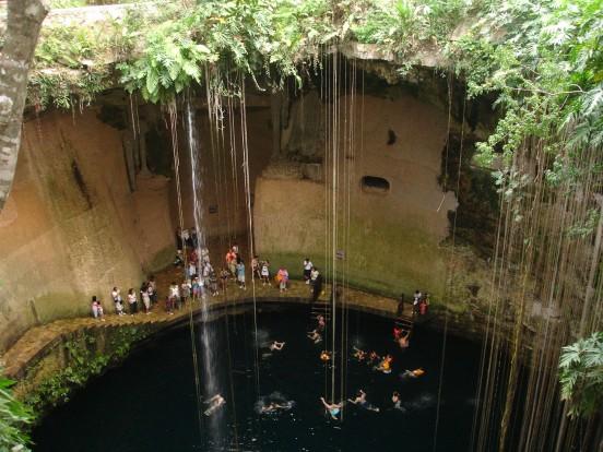 Cenote-Ikkil-personas-nadando